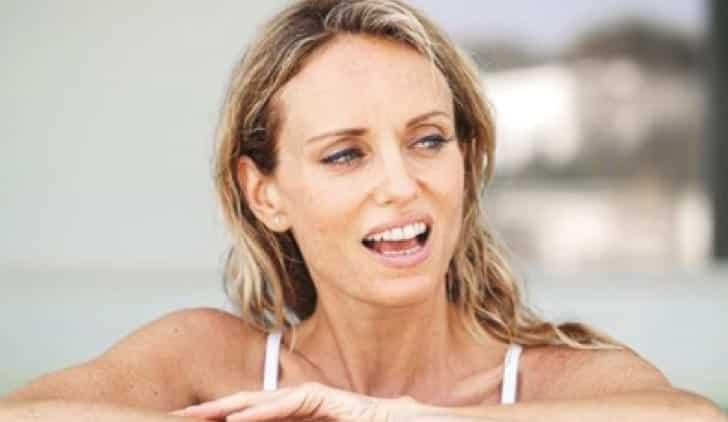 Justine Mattera bollente sui social, alza la maglia e… infiamma il web