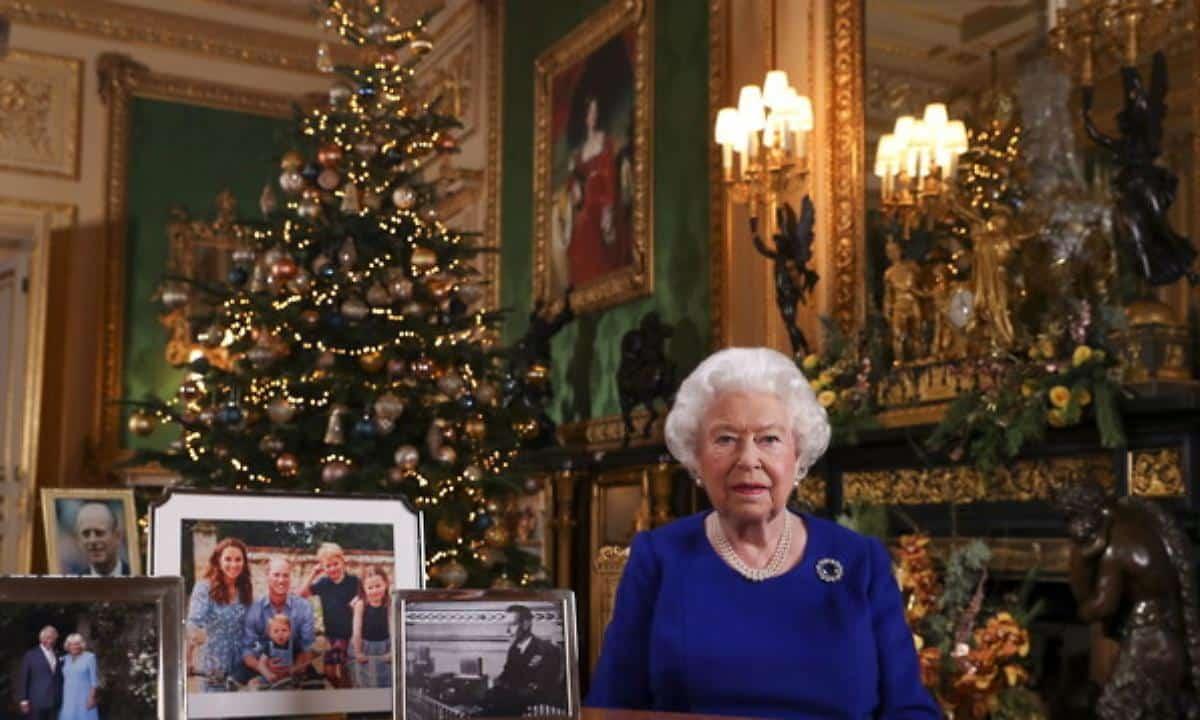 """Regina Elisabetta e lo sgarbo al Principe Harry """"L'ha cacciato dalla stanza"""""""