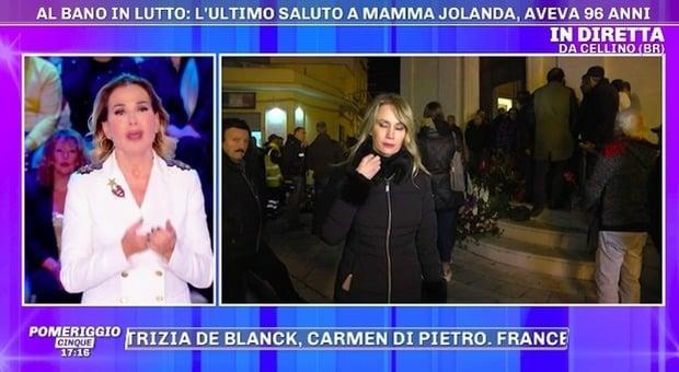 Funerali di mamma Jolanda, scoppia il caos: l'inviata prova ad intervistarlo ma poi…
