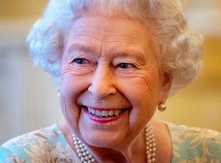 Regina Elisabetta fa i regali di Natale allo staff e spende 36 mila euro