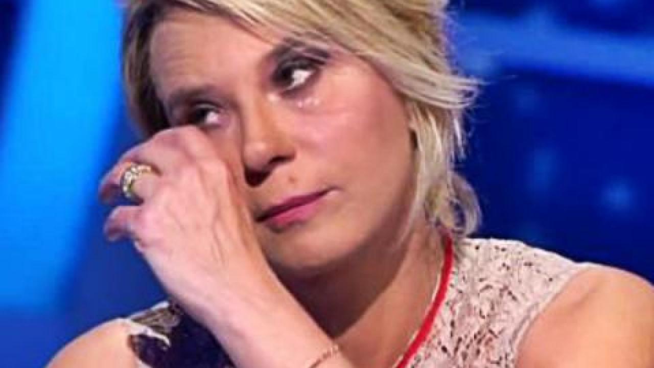 Maria De Filippi, muore concorrente di 25 anni: il silenzio della conduttrice infuria i fan