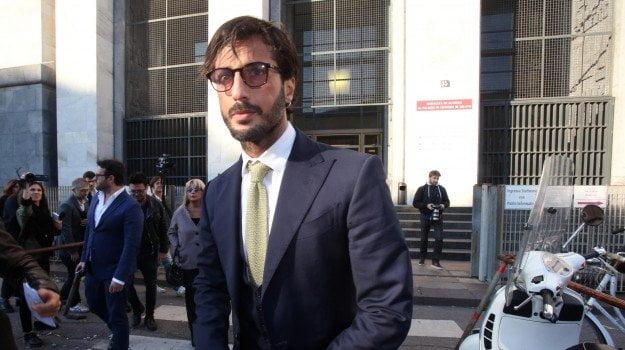 """Fabrizio Corona esce dal carcere, peggiorano le sue condizioni """"Deve curarsi"""""""