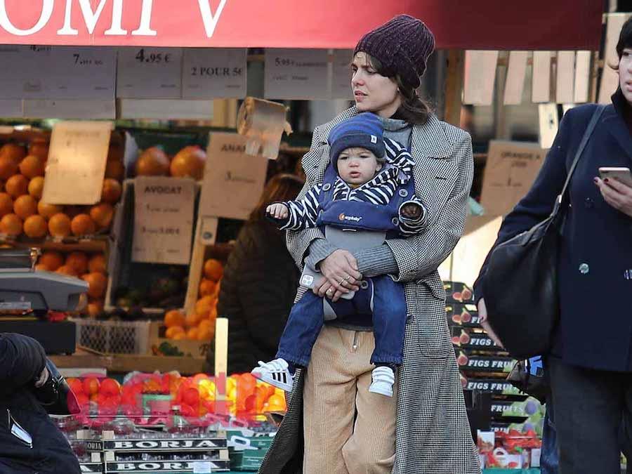 Charlotte Casiraghi trasandata per le vie di Parigi, è crisi con il marito Dimitri Rassam?