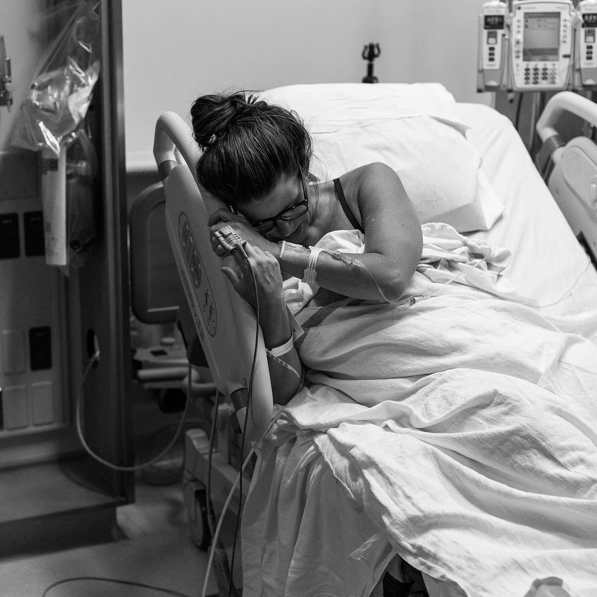 La potente foto e il messaggio di un fotografo per una mamma dopo la nascita del suo bambino