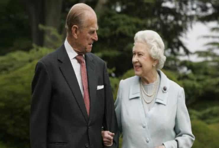 """Principe Filippo, la rivelazione shock: i dubbi prima delle nozze con la Regina e l'incontro con """"un'amica speciale"""""""