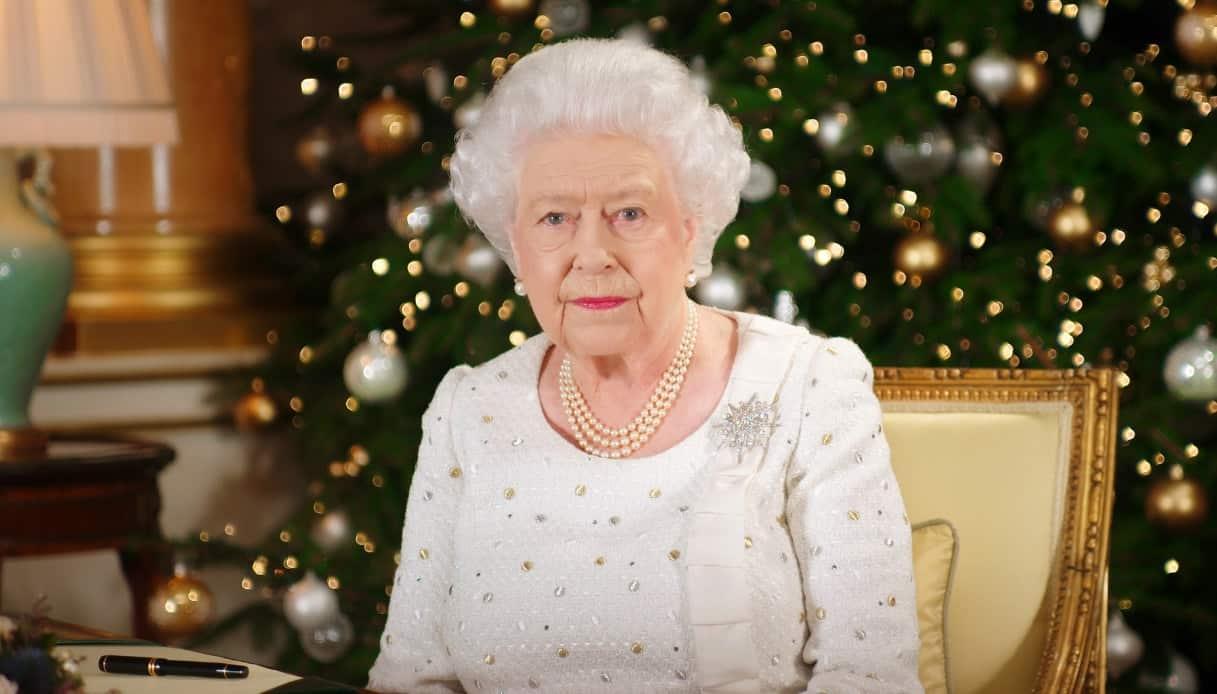 Regina Elisabetta compra i regali di Natale a tutto lo staff e spende 36 mila euro
