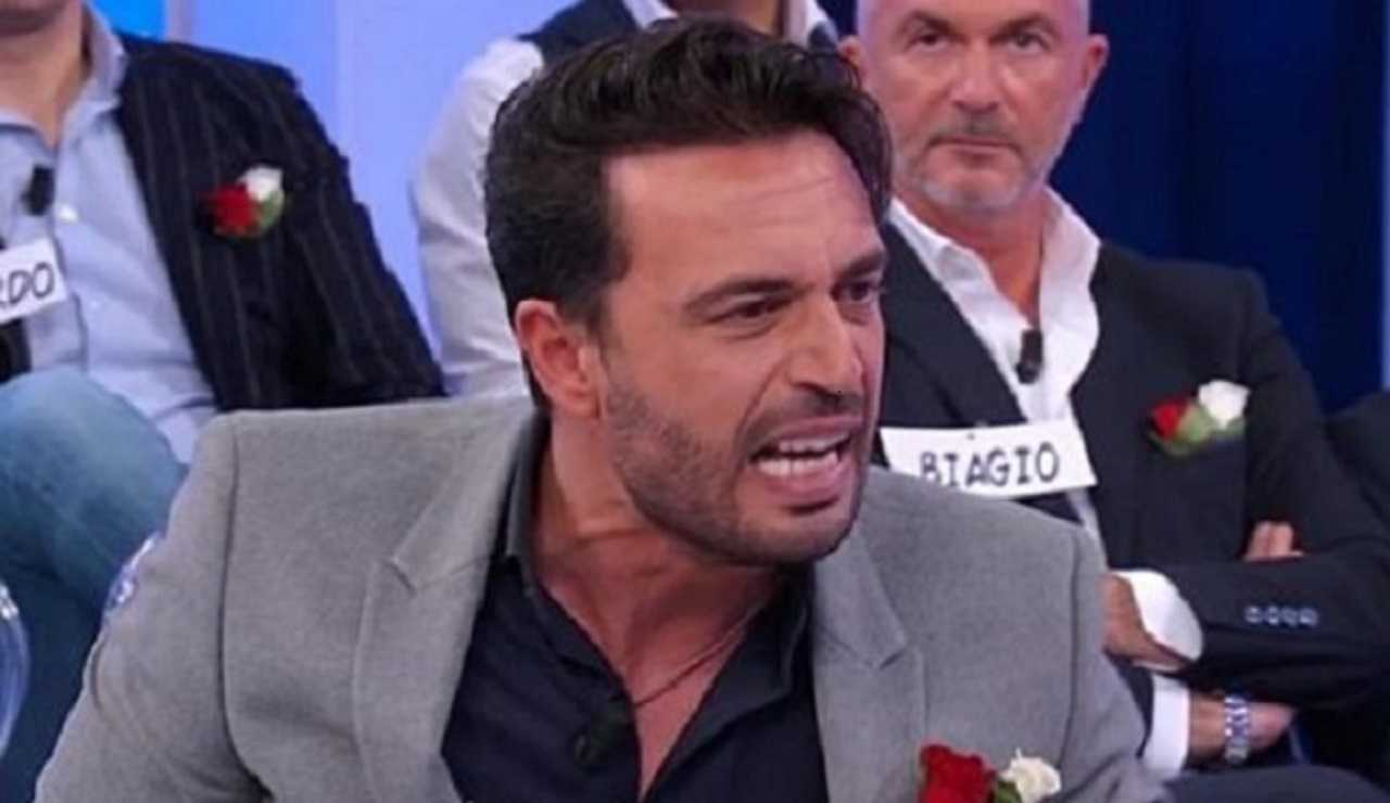 Uomini e donne, Armando Incarnato risponde alle accuse di Karina Cascella: Fai attenzione al tuo passato…