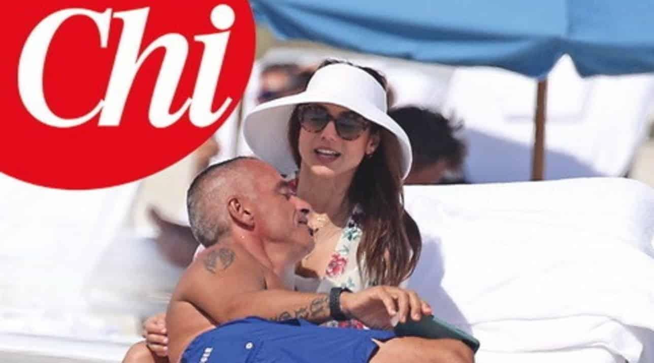 """Eros Ramazzotti al mare ingrassato e con la pancia. I fan commentano """"Non è più lui"""""""