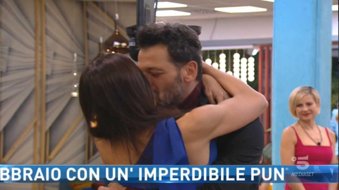 Serena Enardu riconquista Pago: lacrime nel privè e poi il bacio