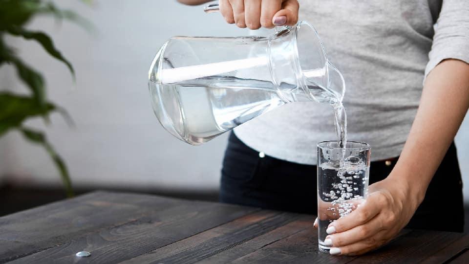 Bere un bicchiere d'acqua al mattino a stomaco vuoto, ecco perchè dovresti farlo