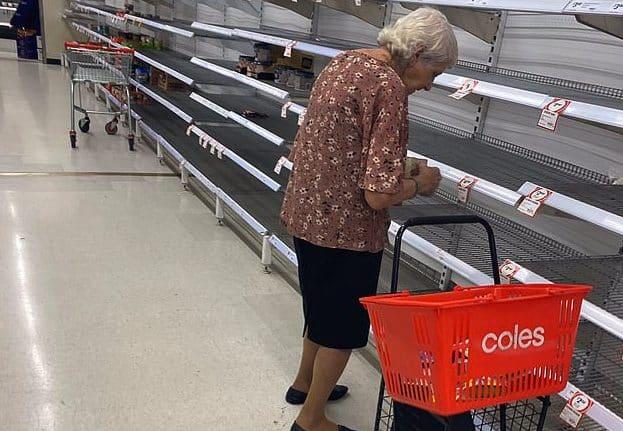 Coronavirus scaffali vuoti al supermercato, l'anziana li guarda e poi piange