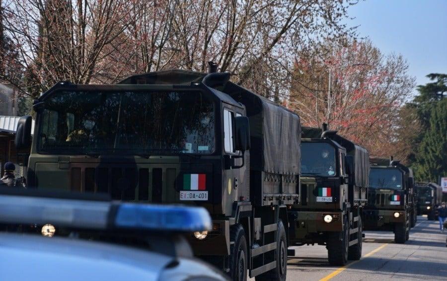 Coronavirus, tra le strade di Bergamo l'esercito porta via altre bare