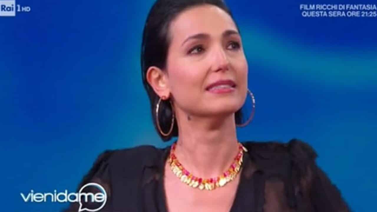 """Vieni da Me, Caterina Balivo mortificata in diretta dal suo ospite """"Questo chiacchiericcio mentre parlo…"""""""