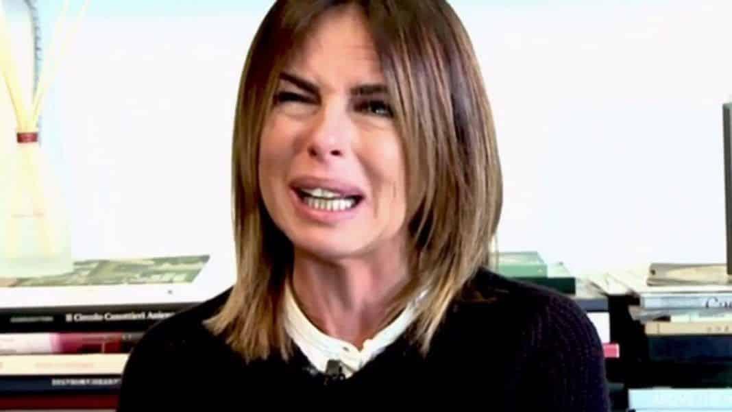 Paola Perego, lo scatto sui social con le stampelle preoccupa i fan