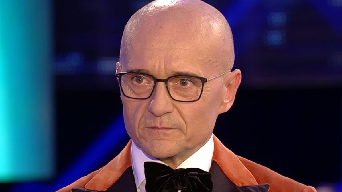 """Alfonso Signorini indigna il GFVip, la frase choc alla Elia"""" fammi vede cos'hai sotto la gonna"""""""
