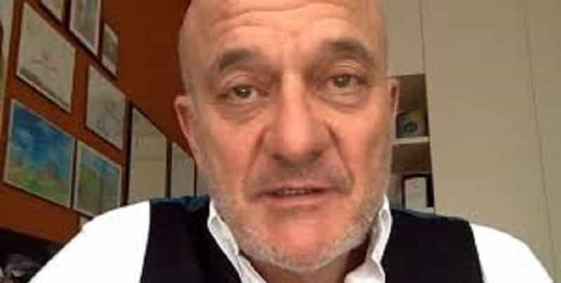 """Claudio Bisio, grave lutto familiare per il conduttore """"Nemmeno l'ultimo abbraccio"""""""