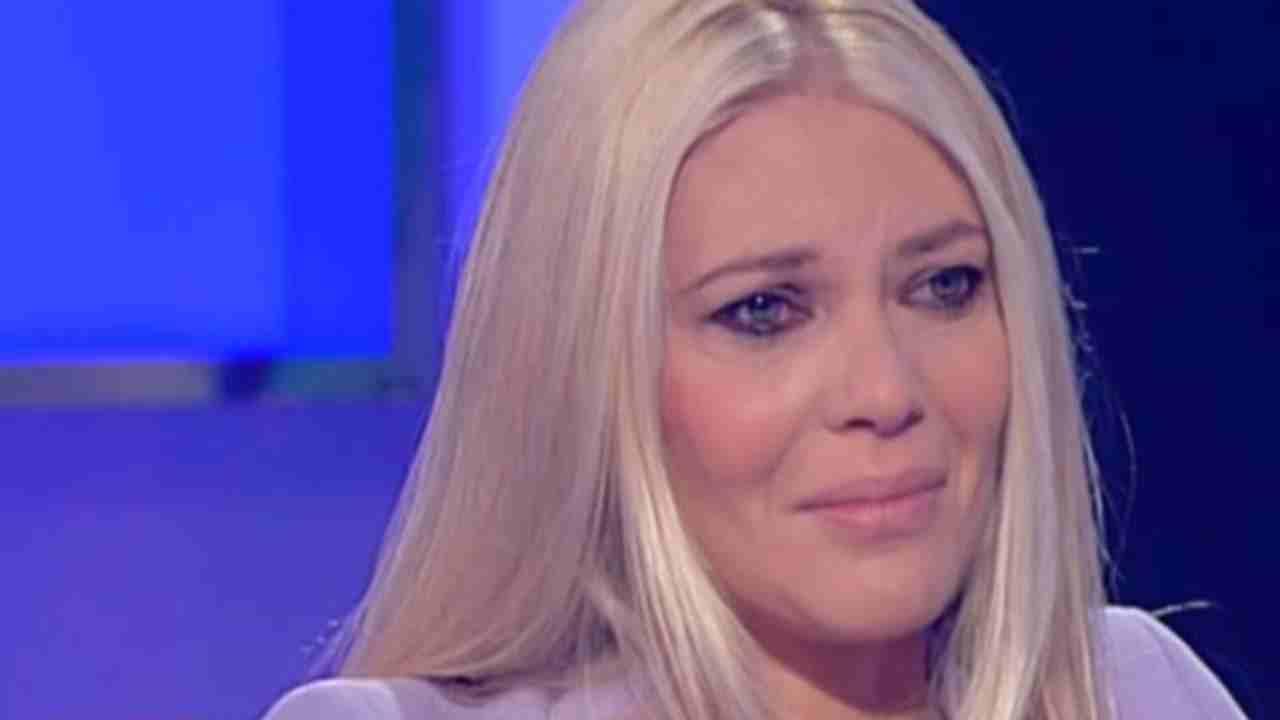 """Eleonora Daniele, il panico in diretta la conduttrice senza parole davanti all'ospite """"Sono in difficoltà"""""""