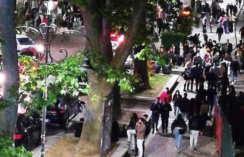 Le Sardine denunciano il sindaco di Avellino per movida: coretti, foto e selfie con centinaia di giovani