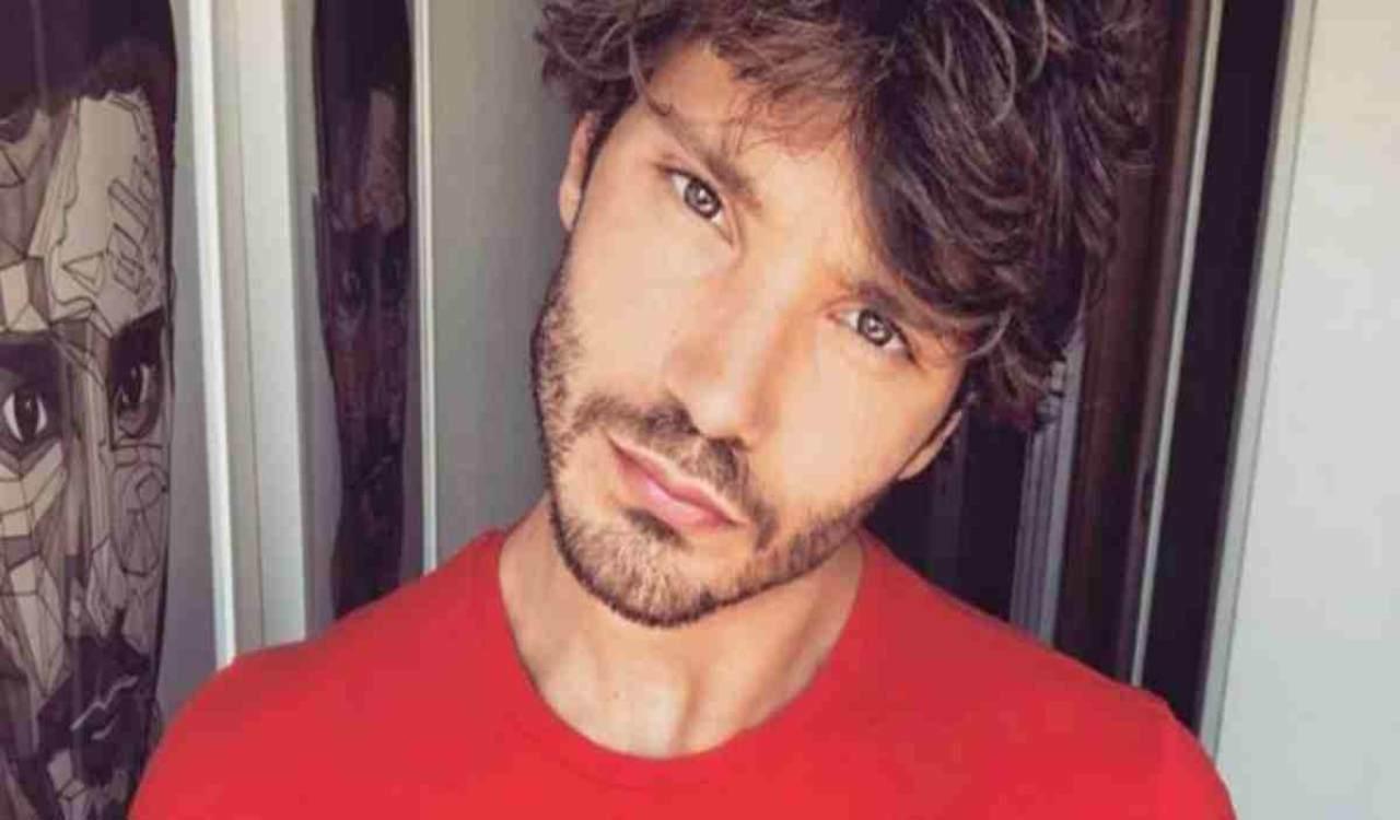 Stefano De Martino presenta la nuova fidanzata al figlio Santiago: chi è la misteriosa donna?