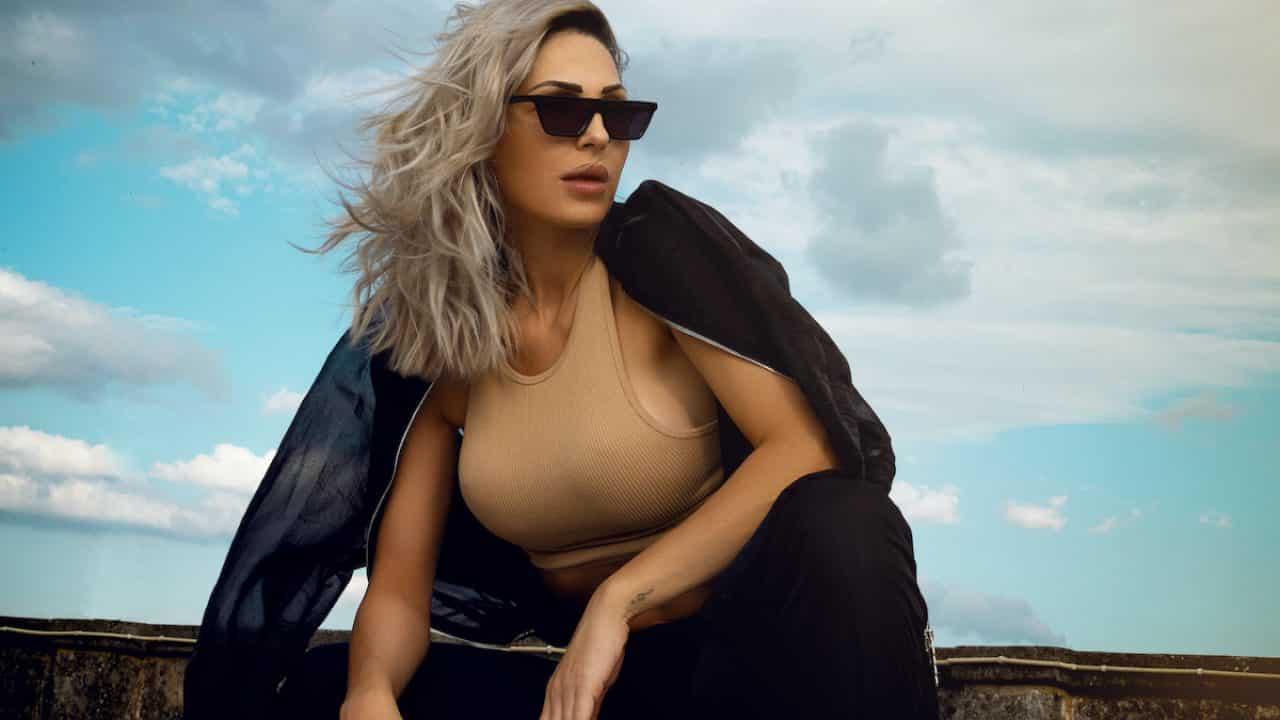 Anna Tatangelo, la cantante sotto tre diverse angolazioni: pioggia di like e commenti sui social
