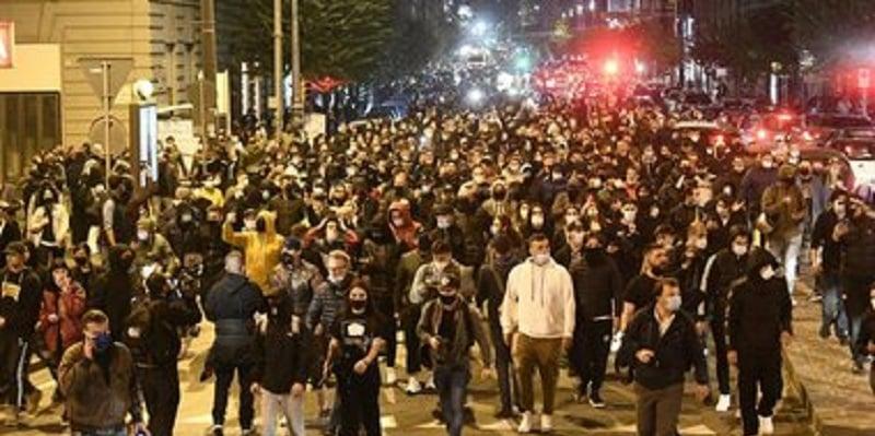 Napoli scontri tra polizia e manifestanti a ridosso del coprifuoco notturno