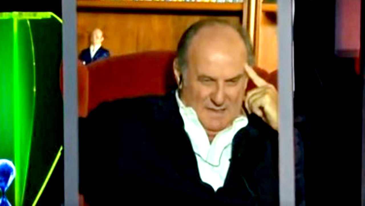 Gerry Scotti a Tu si que vales in collegamento da casa, improvvisamente si accascia sulla poltrona