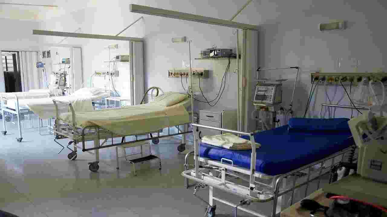Palermo, anziana muore di Covid: i parenti distruggono l'ospedale