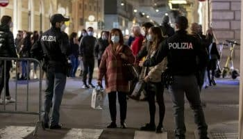 Festa illegale a Milano in un disco-club: 30 ballavano senza mascherina, multati